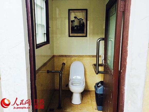夫子庙景区夫子庙小学后的一公厕无障碍蹲位面积过小