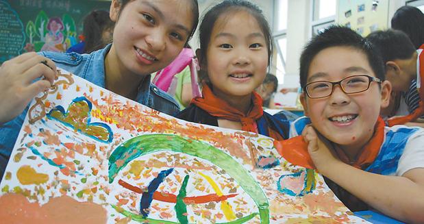镇江小学生制作环保工艺品迎绿色低碳迎环境日