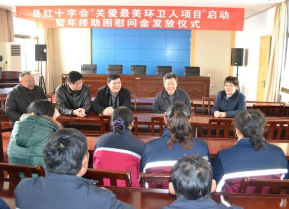 江苏如东县长潘建华(右二)慰问当地环卫工人.资料图片
