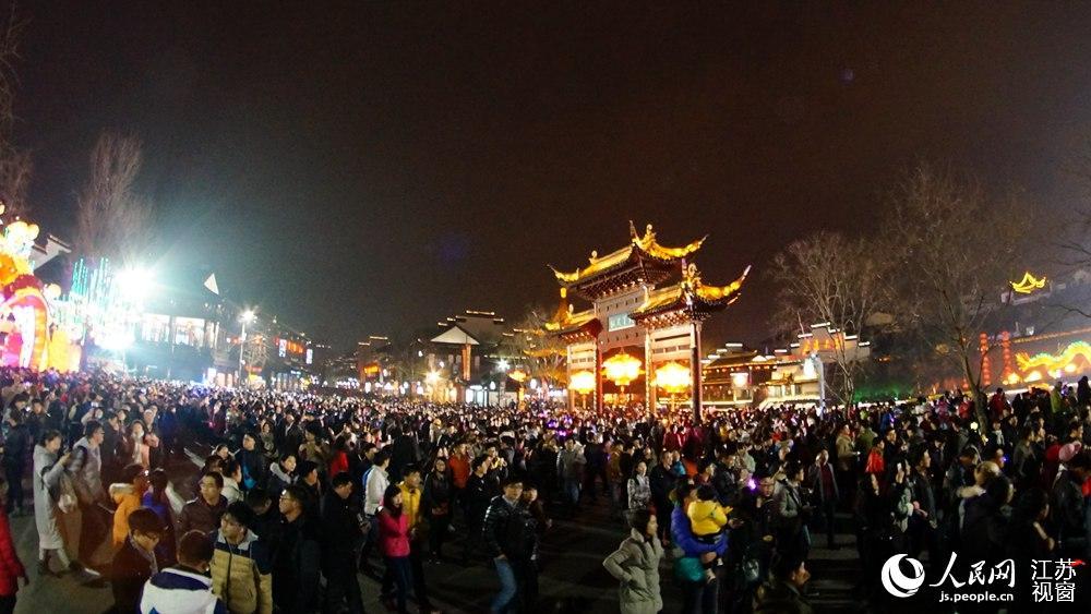 南京元宵节灯会人气爆棚 夫子庙客流量达35万