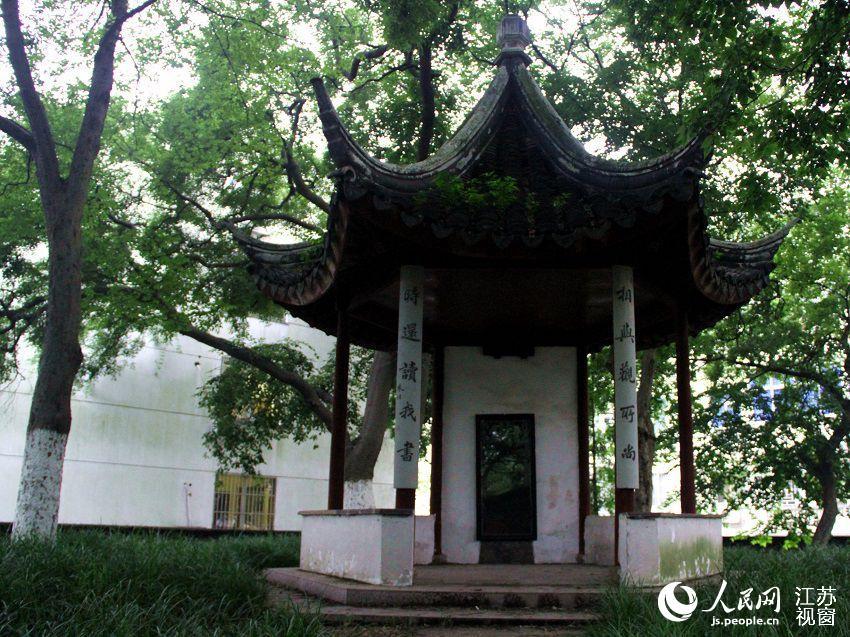 """图为杨绛等1929年届毕业生为学校捐资修筑的""""己巳亭""""。"""