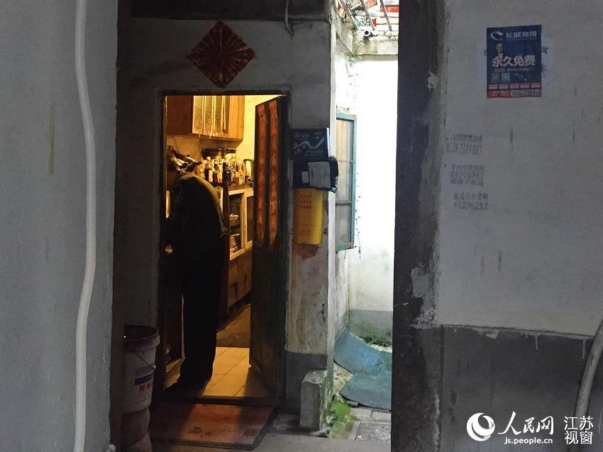 这里居住着近30户人家,一位老者正在独自准备晚饭。