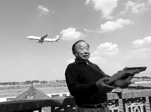 扬泰机场飞机降落掀掉屋顶瓦片 距村民家150米