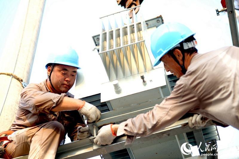 实拍盐城电力工作人员39℃高温