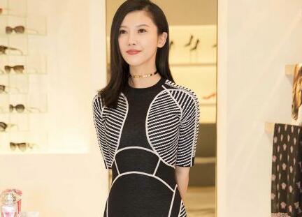 杨子姗黑白条纹裙优雅亮相 展曲线美