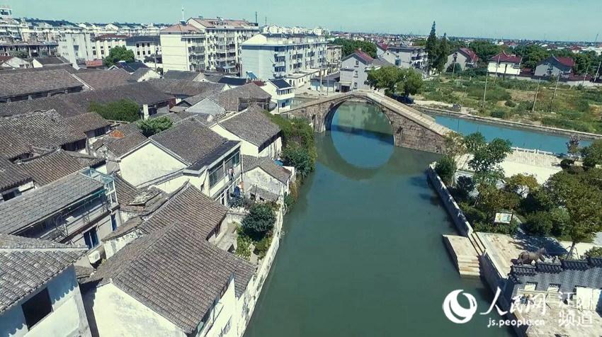 航拍平望古镇,一座数百年的老石桥穿镇而过