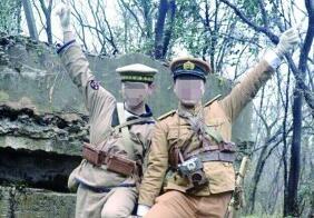 两男子紫金山抗战碉堡前扮日本兵 警方调查