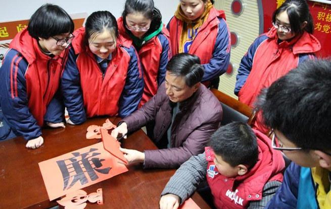 江苏扬州:剪纸倡廉洁 传承好家风
