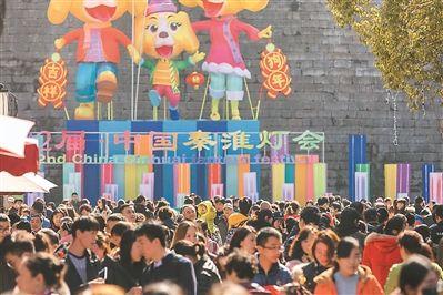南京秦淮灯会游人如织 游客买花灯赏民俗