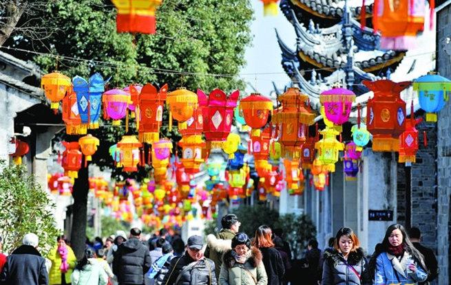 元宵节将到 数千灯笼装扮无锡惠山古镇