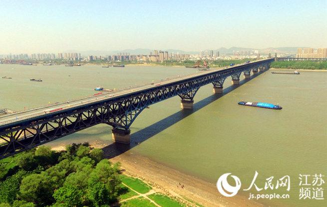 """南京长江大桥新桥面合龙 覆上钢筋""""肌肉"""""""
