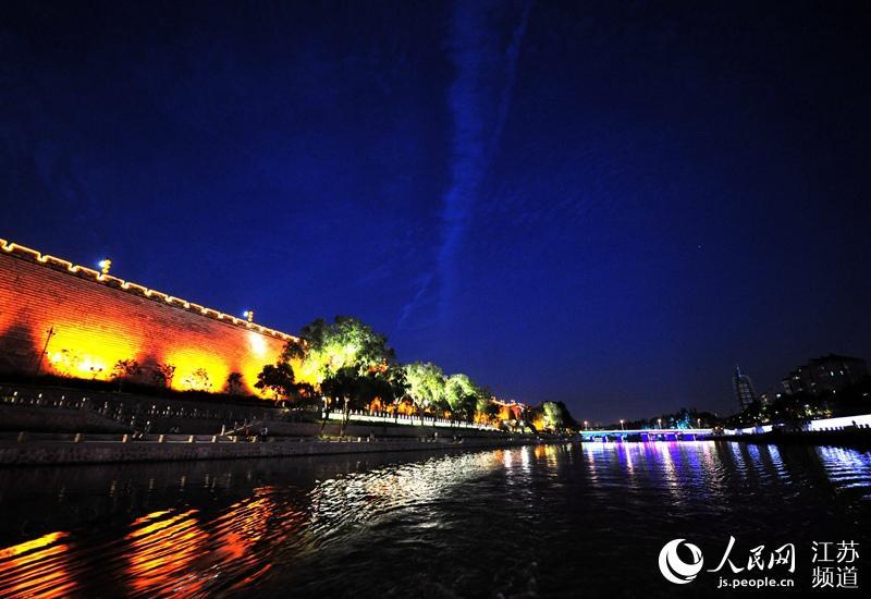 图为外秦淮河夜景。