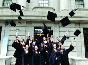 南京高校举行毕业典礼 数万学子踏上新征程
