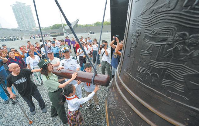 9月18日南京市民撞响和平大钟