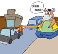 """检测站附近有一群专门从事车辆""""代检""""的""""黄牛"""",他们自称无论是二手车买卖中的上牌检测,还是日常年检,只要交钱即可""""打通""""一切环节。"""