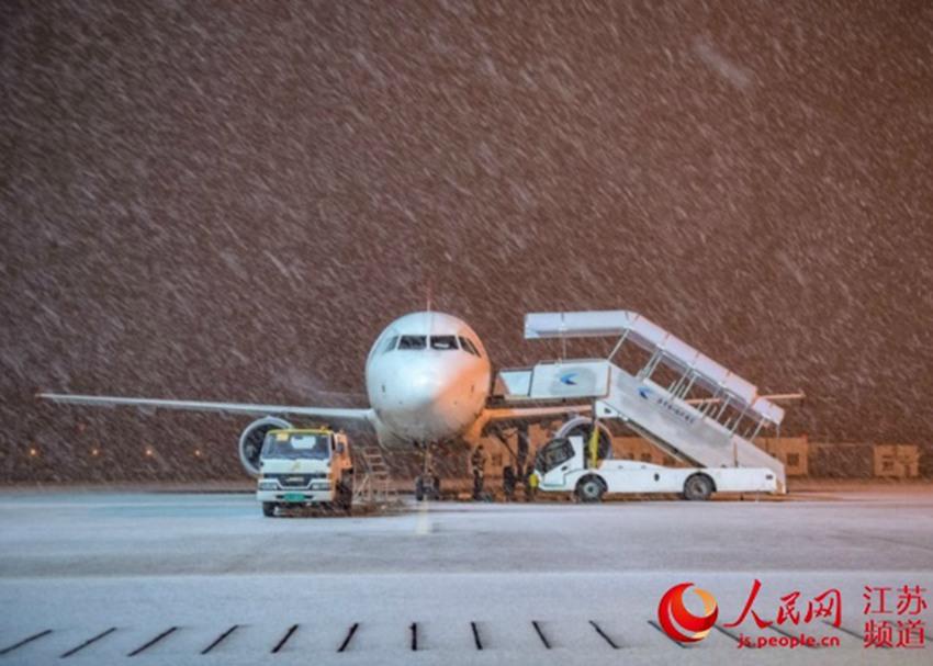南京迎来强降雪 机场8日早晨恢复起降