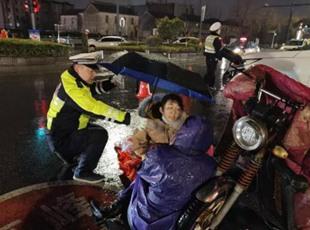 护士车祸现场跪地救人不留名 盐城全城寻找