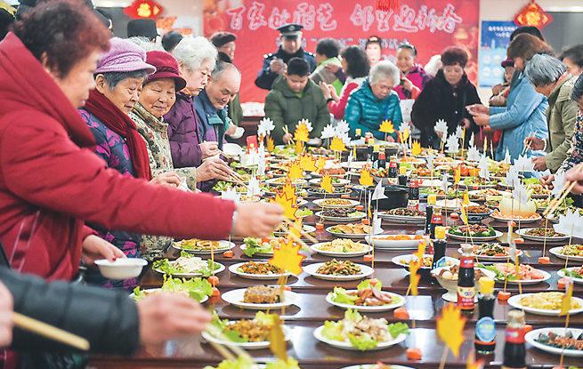 """南京秦淮居民举办""""百家宴""""邻里节迎元宵"""