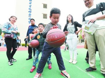 """南京幼儿园男教师""""三人行""""公益活动举行"""