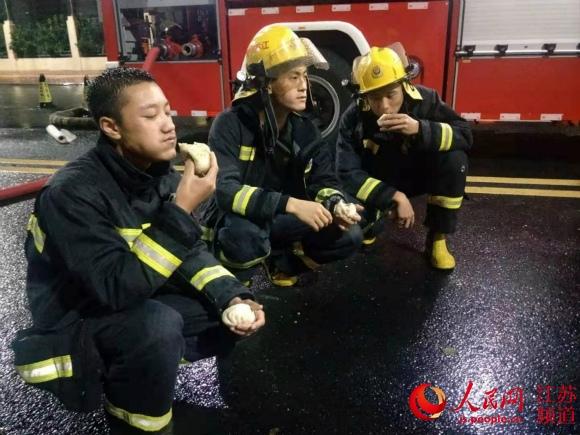 """抗击""""利奇马""""!江苏太仓消防员抢险间隙连吃11个包子走红网络"""