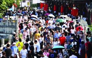 """国庆第二天南京各大景区游客爆棚 """"中国红""""成最美风景"""