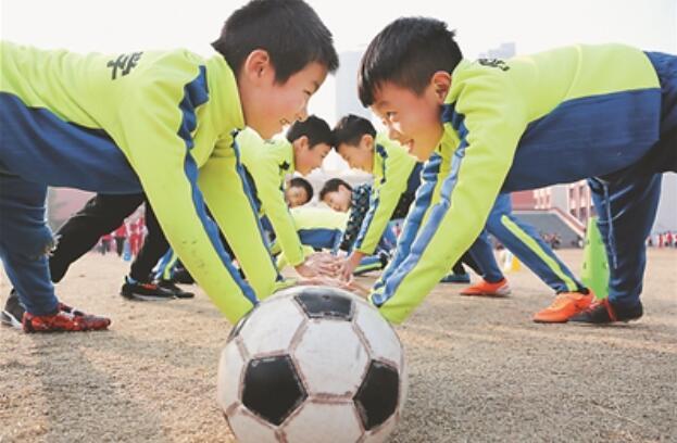 江苏各地学校开展各种活动庆祝国际足球日