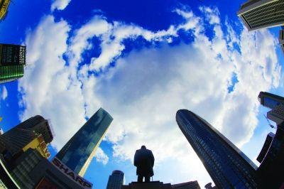 南京新街口蓝蓝的天空白云飘.宋峤