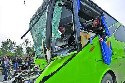 出事的大巴车头已被撞毁.刘浏 摄-南京绕城高速上大巴撞货车 10余乘