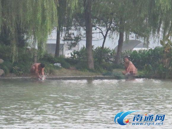濠河边惊现裸泳哥 大声喧哗引人围观