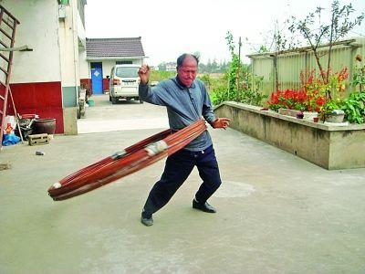 张家港老人能转130斤钢筋呼啦圈 曾患尿毒症