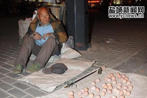 盐城街头执着卖蛋翁:卖不完不回家