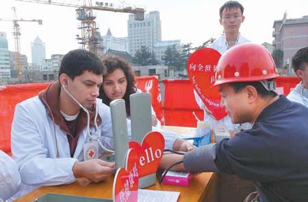 通大医学院外籍留学生为200余名农民工义诊
