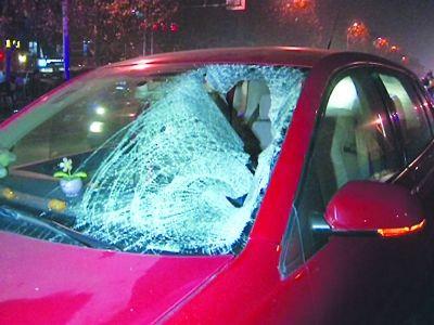 汽车前挡风玻璃已经破碎