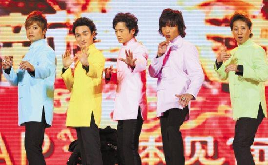 smap(左四为木村拓哉)摆出中国功夫的姿势