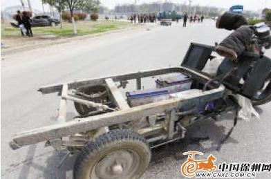 轿车撞上电动三轮车 老人与孩子随车厢甩出