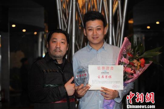 河南洛阳小伙_刚刚荣获中国模特俱乐部首席男模的杨亚龙和他的老师赵星福合影