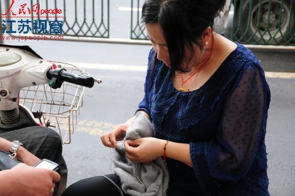 江苏高考首日 考场外家长同样受烤验