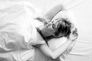 研究表明睡觉时双手高举过头会危害健康