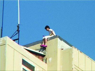 南京15岁女孩坐六楼楼顶欲轻生 被安全解救