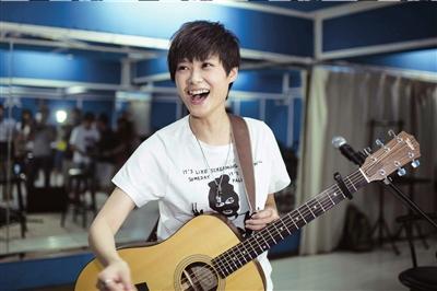 李宇春称吉他弹唱有压力 弹完一首手心出汗