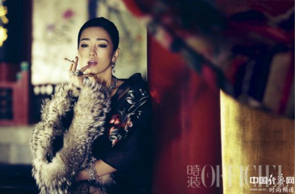 巩俐再登《时装》封面 彰显霸气女王范儿