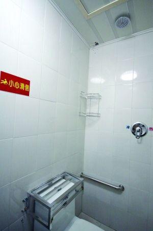 抽水马桶的水箱盖也上锁了,莲蓬头也看不到管子,防止患者自缢.