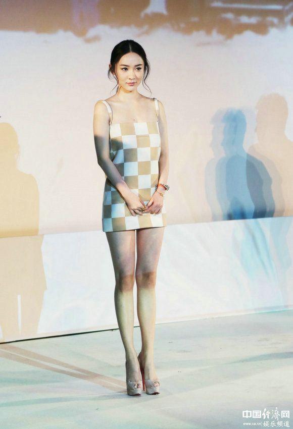 霍思燕身着LV超短裙出席活动 长腿分外撩人