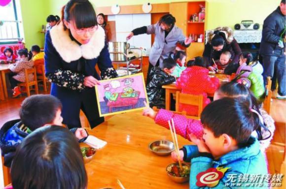 小朋友们,我们吃饭时一定要把碗中的米饭吃干净,节约粮食是一种美德。20日,无锡中小学开学第一天,简新社区的志愿者来到小荧星艺术幼儿园,她们和幼儿园老师一起,利用简单易懂的漫画给小朋友讲解节约粮食的意义,让孩子们从小养成节约粮食,爱惜粮食的好习惯。(吕枫)