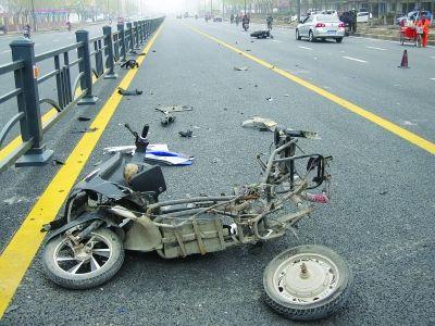连云港新浦摩托车和电动车相撞三人受伤