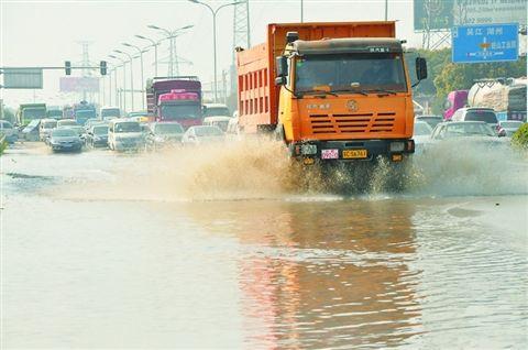苏州吴中区一自来水主管爆裂 马路一片汪洋