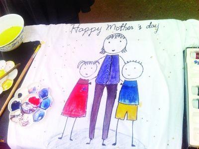 """苏大近百学生庆祝母亲节 t恤上描绘""""母爱"""""""