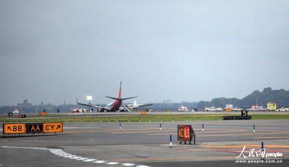 美国一客机纽约降落时发生事故