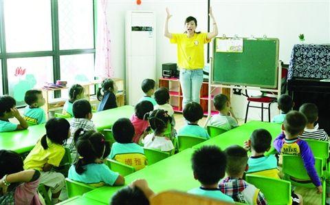 入园洗手,天天晨检。昨天上午,苏州临湖镇学前儿童博雅看护点,近200个学生一进校就张着小手等老师检查,让老师看看自己的小手脏不脏、指甲长不长。小手不干净的孩子被老师领去洗手,长指甲的娃娃由老师帮着剪指甲。开学后天天坚持这样做,既是为了规范,也是为了帮孩子、家长养成讲卫生的好习惯。