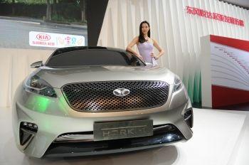 东风悦达起亚在2013中国东部沿海(盐城)国际汽车博览会上的展台.高清图片